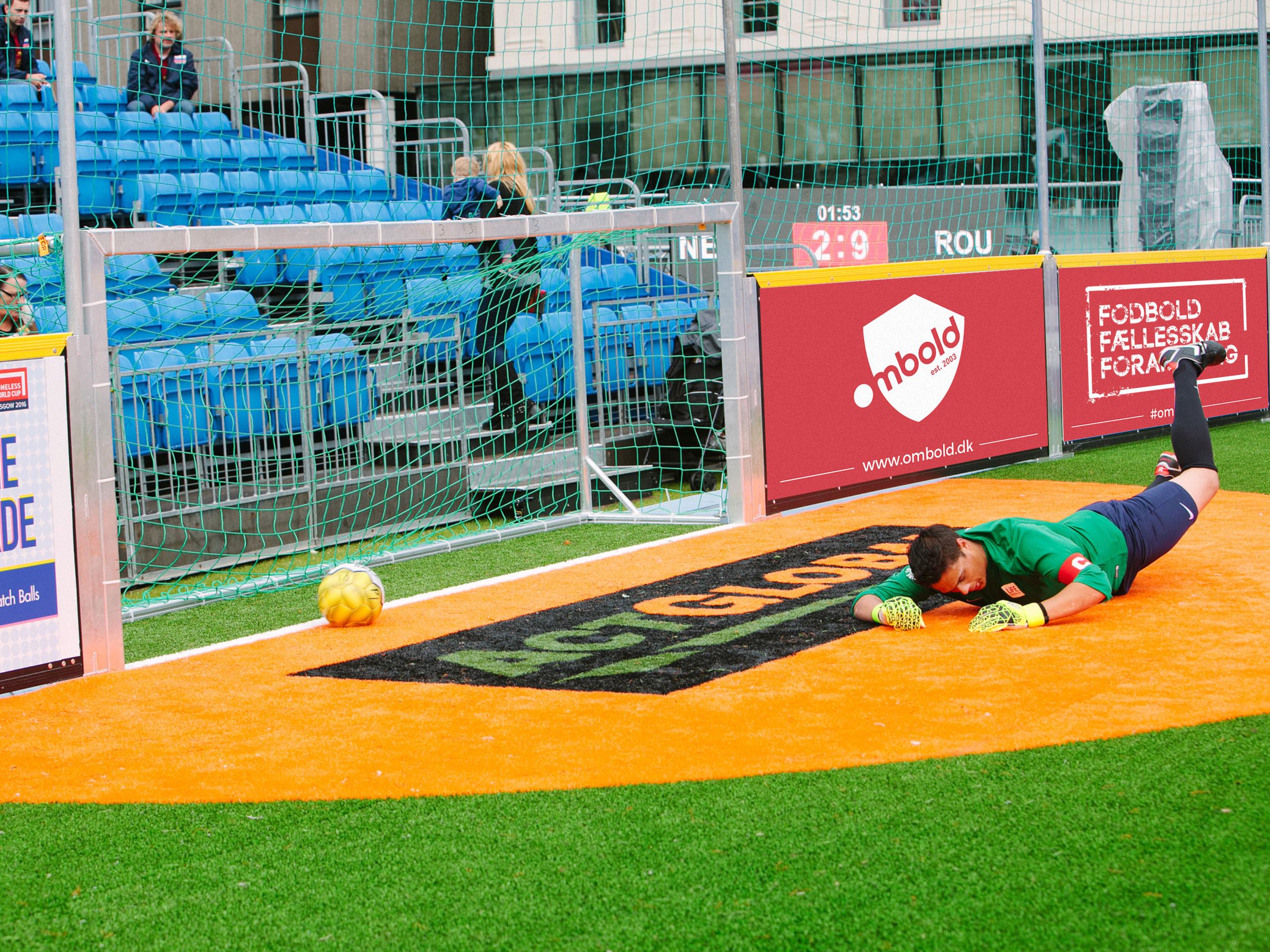 Bannerreklamer som del af visuel identitet til Ombold Gadefodbold